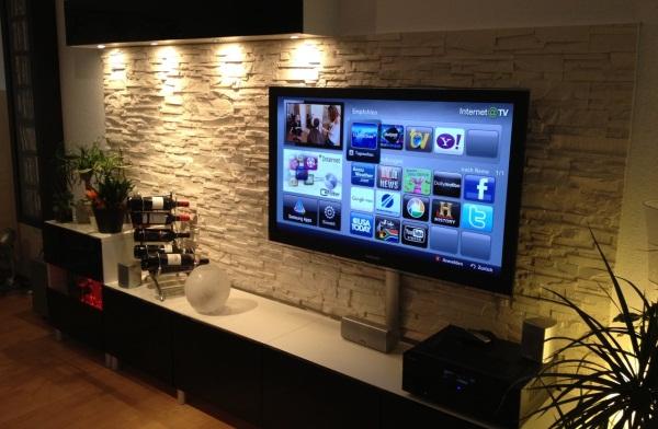 Höhe vom Boden bis zum Fernseher. Wanddekoration mit TV. In welcher ...