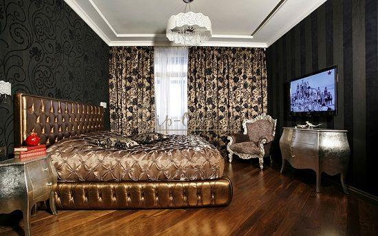 Schlafzimmer Im Ethnischen Stil Für Ein Zigeunermädchen. Eine Kombination  Von Tapeten Mit Dem Gleichen Muster, Aber Verschiedenen Farben.